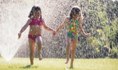 niños jugando en el balneario